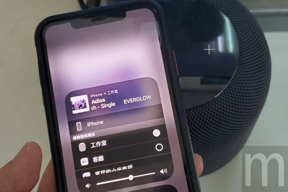 使用者可以將iPhone上的音樂內容快速移轉到HomePod播放,只要將手機靠近...