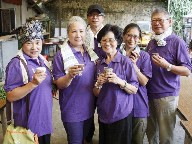 平溪區製茶比賽採師徒制參賽方式,區長陳聖聰透過製茶師傅的帶領,了解一步步過程的奧妙。 圖/由觀天下有線電視提供