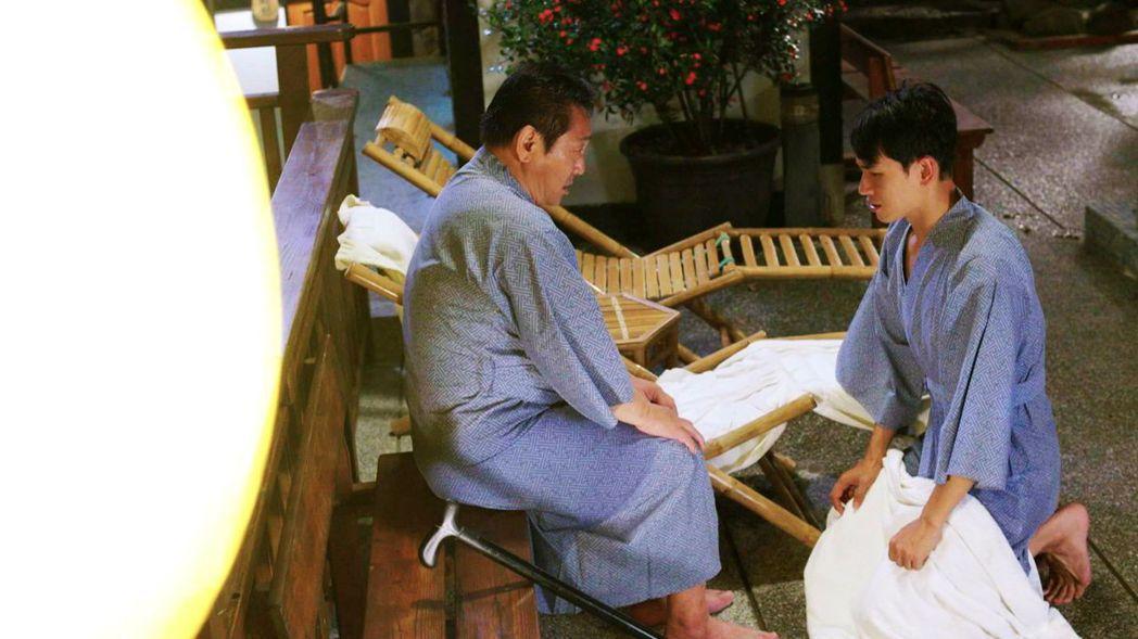陳謙文(右)與林義芳泡溫泉「永生難忘」。圖/三立提供