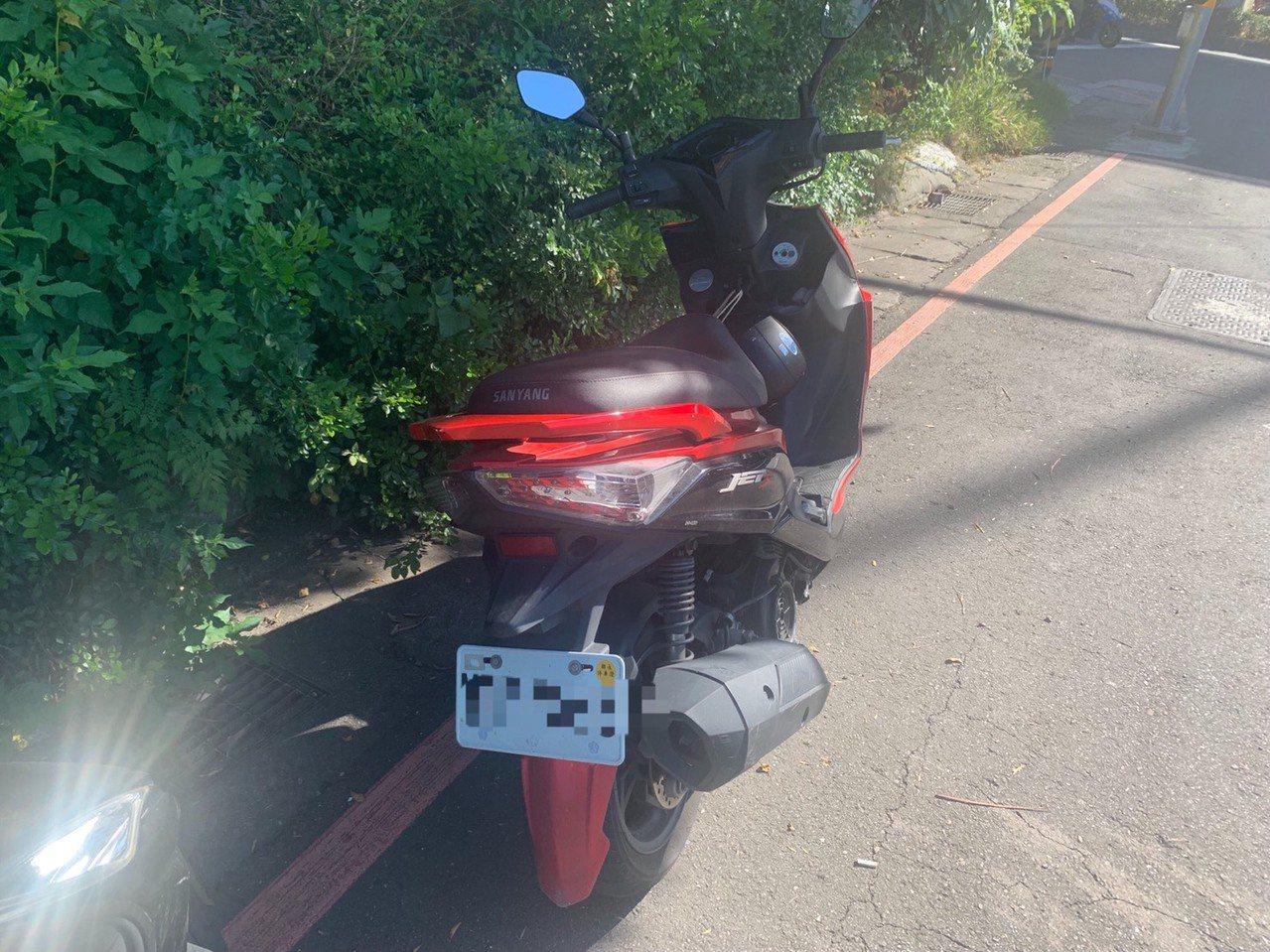 警方先在遊覽車停車場旁找到李男的機車。記者林昭彰/翻攝