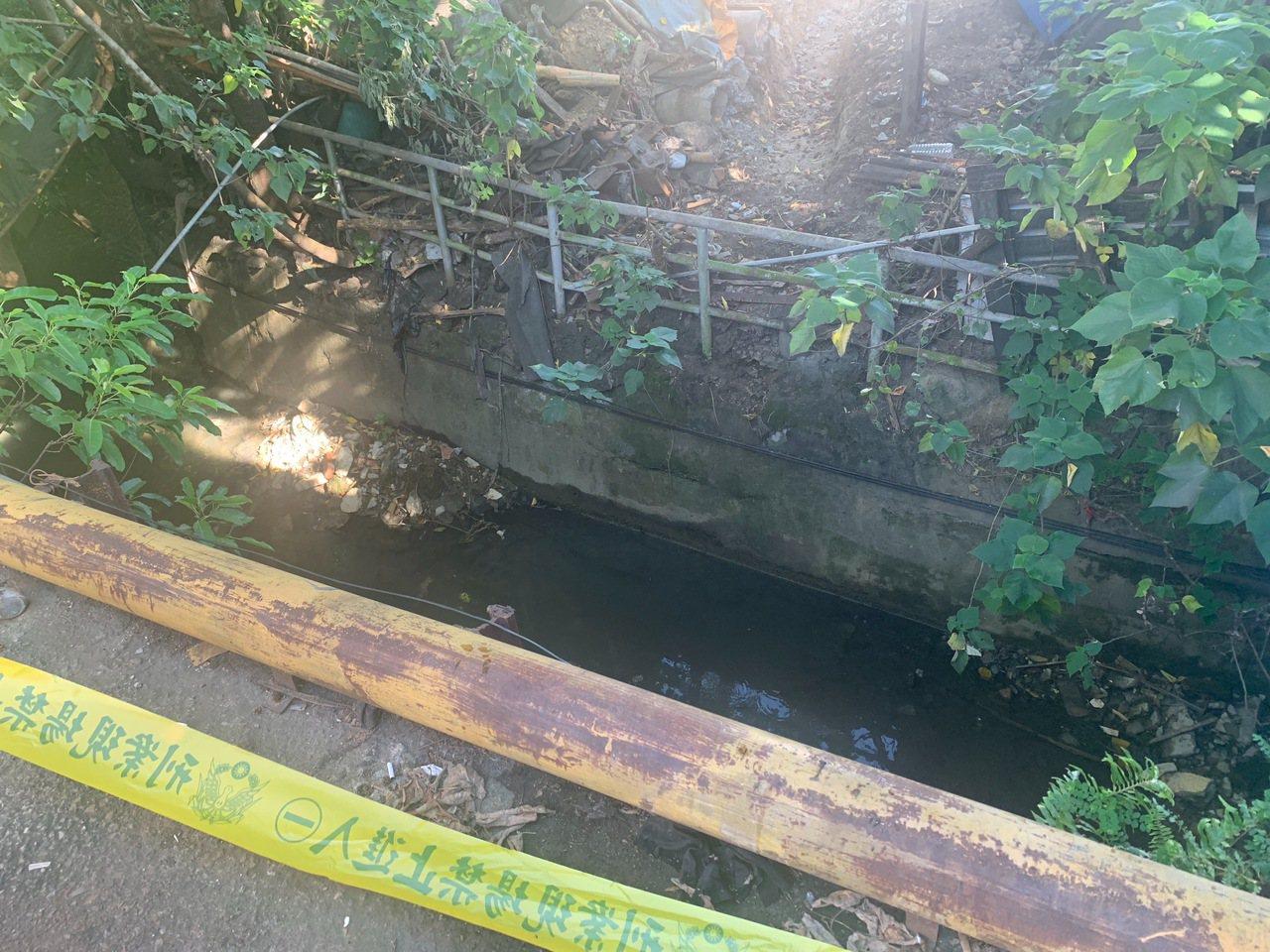 李男在邊坡深約2公尺的排水溝內被尋獲,已經死亡。記者林昭彰/翻攝