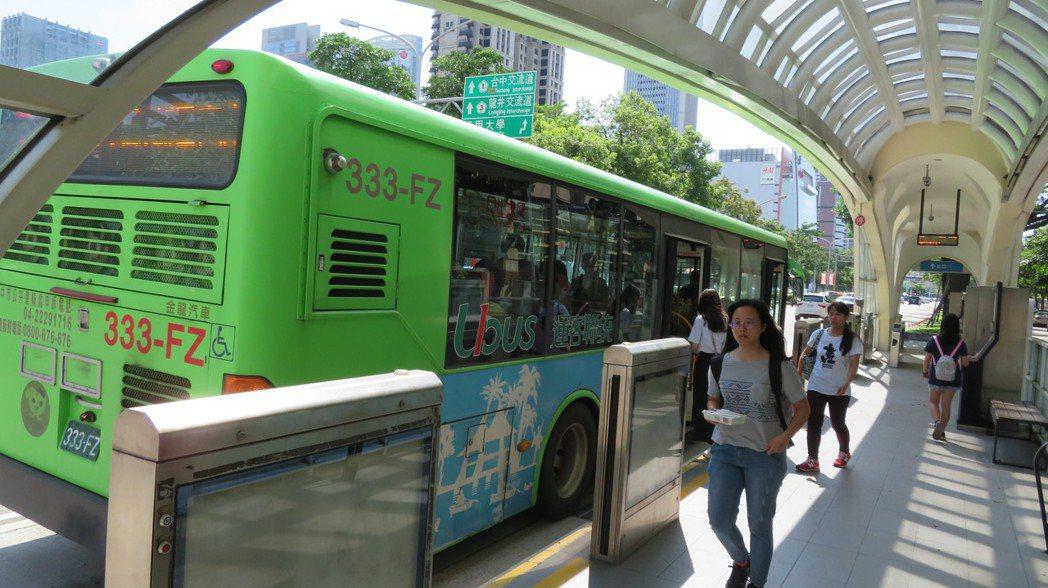 台中免費公車再進化,台中市長盧秀燕加碼提出的「雙十公車」政見,明年元旦將正式上路...