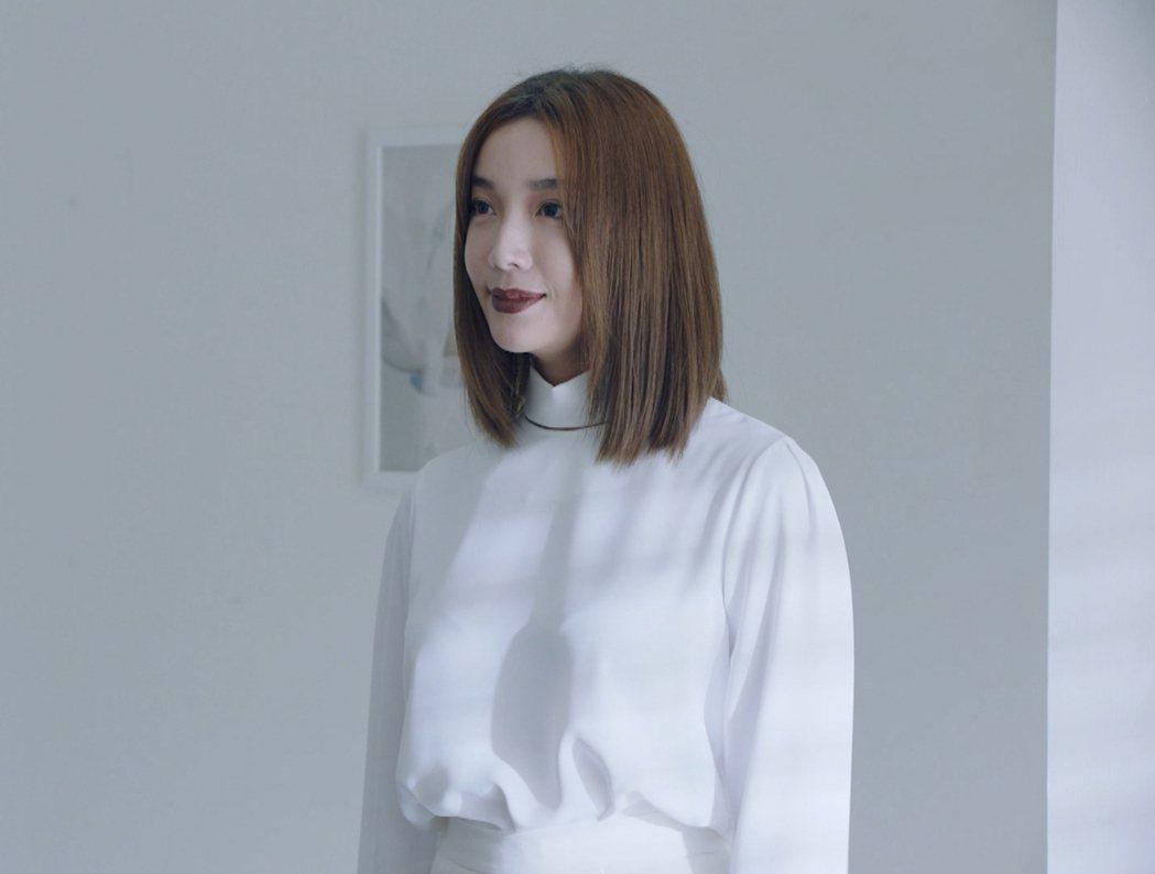 蔡淑臻慘白服裝讓網友直呼很有壓迫感。圖/friDay影音提供