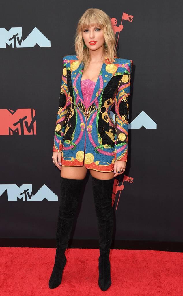 泰勒絲在紅毯上穿的也是出自VERSACE作品,搭配Christian Loubo...