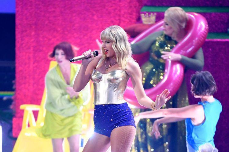 泰勒絲(Taylor Swift)在MTV音樂錄影帶大獎帶來精彩的開場表演,以一...