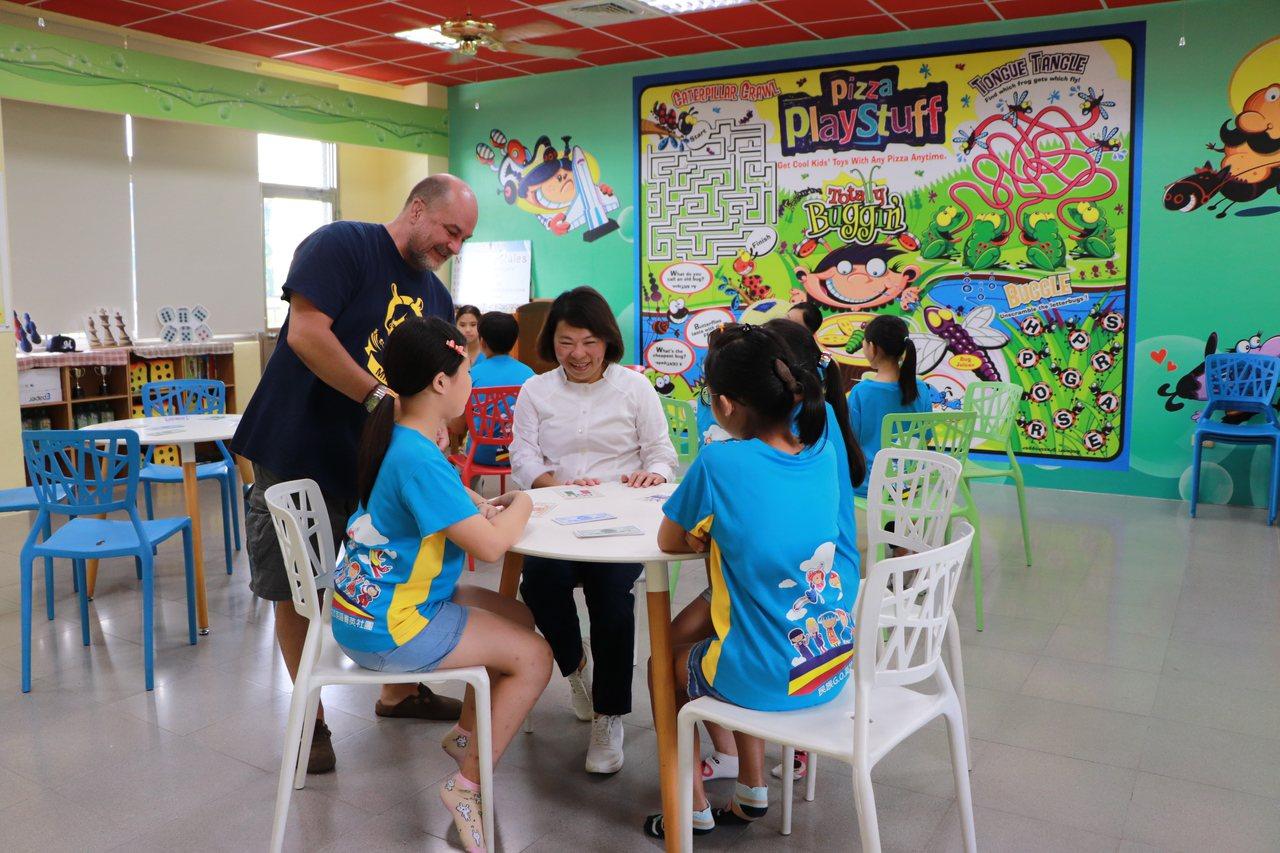 嘉義市長黃敏惠(中)今年六月到民族英語學院,一起與學生學英語。照/市府提供