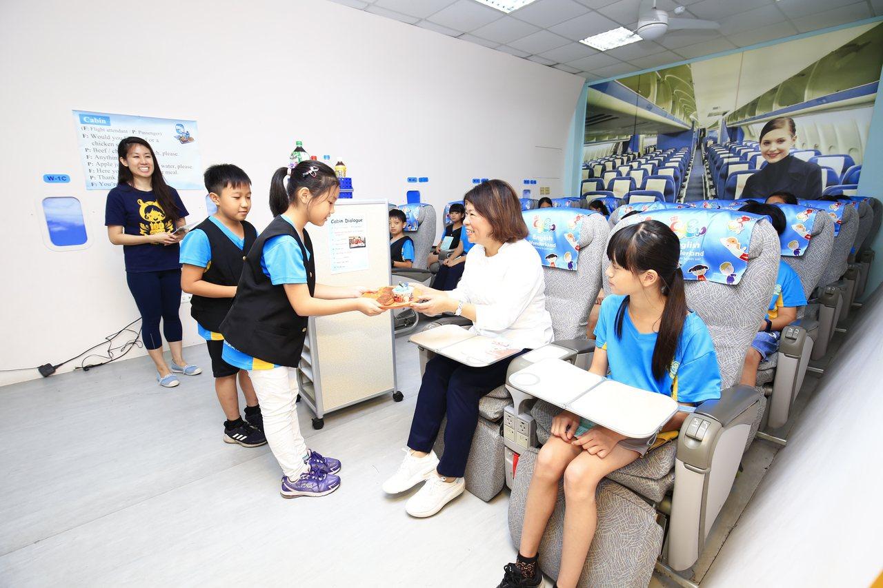 嘉義市長黃敏惠(右二)今年六月到民族英語學院,一起與學生學英語。照/市府提供