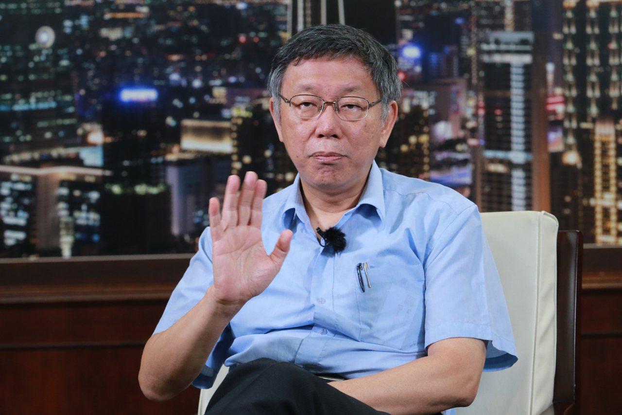 台北市長柯文哲(左)接受聯合報專訪。記者許正宏/攝影