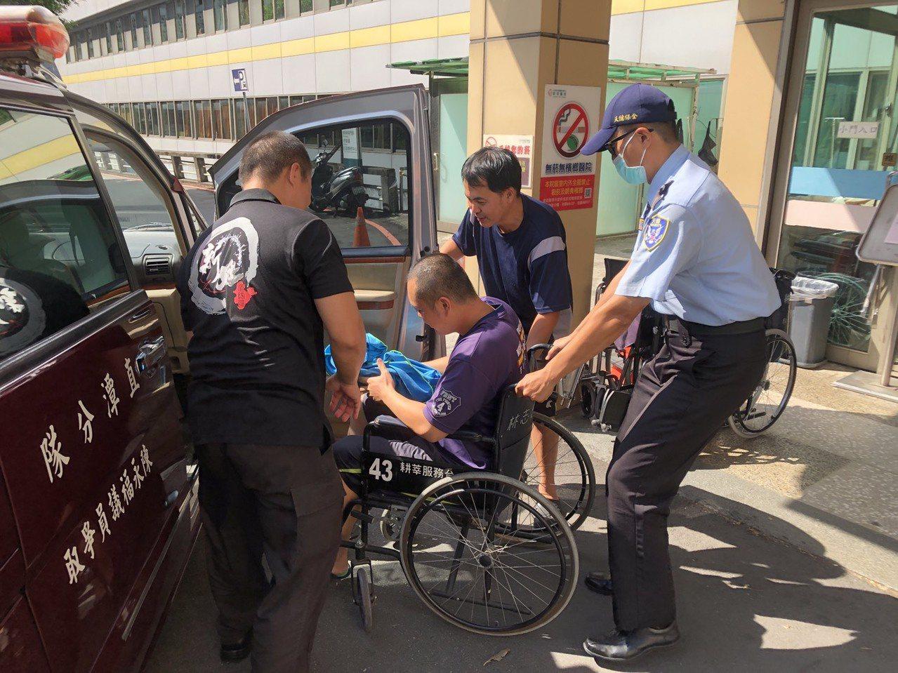 沈姓搜救員遭落石擊傷右腳,目前已由救護人員送往新店耕莘醫院。記者柯毓庭/翻攝