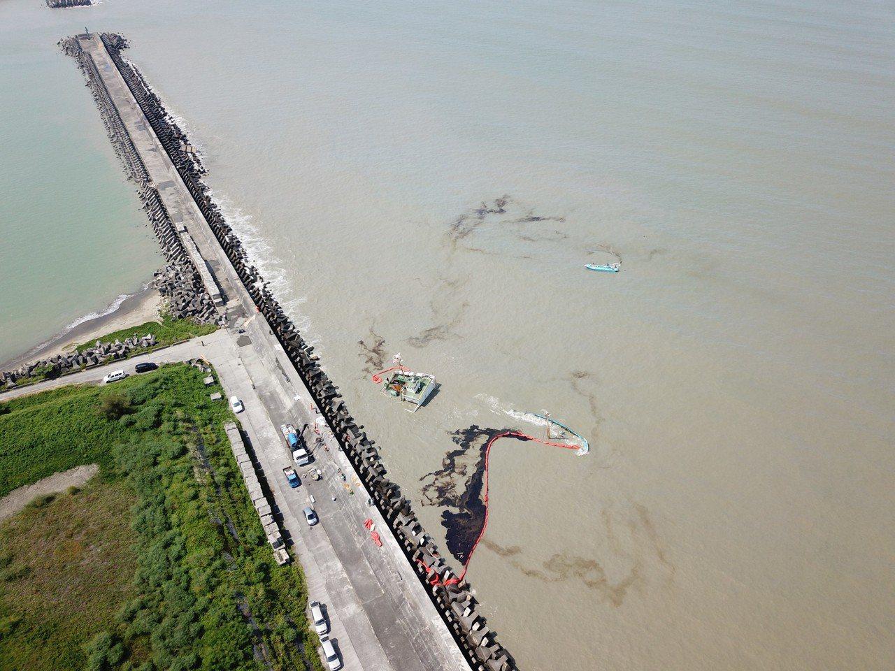 布袋港擱淺沉船勝利輪漏油汙染 嘉義縣環保局將開罰