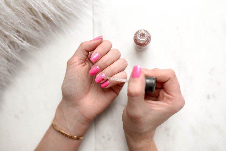 添加口紅在透明指甲油內,還能創造出自己新的顏色。圖/摘自pexels