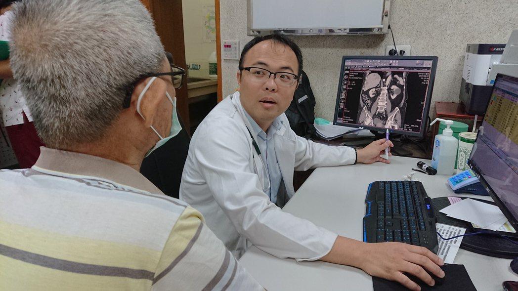 員林宏仁醫院胃腸肝膽科醫師江明師仔細向長輩解說病情。記者凌筠婷/攝影