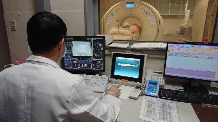 醫師替陳姓老翁進行160切電腦斷層掃描,才發現肝臟和胰臟的腫瘤。記者凌筠婷/攝影