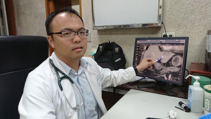 員林宏仁醫院胃腸肝膽科醫師江明師表示,肝臟和胰臟的腫瘤因為沒症狀,容易被忽略。記者凌筠婷/攝影