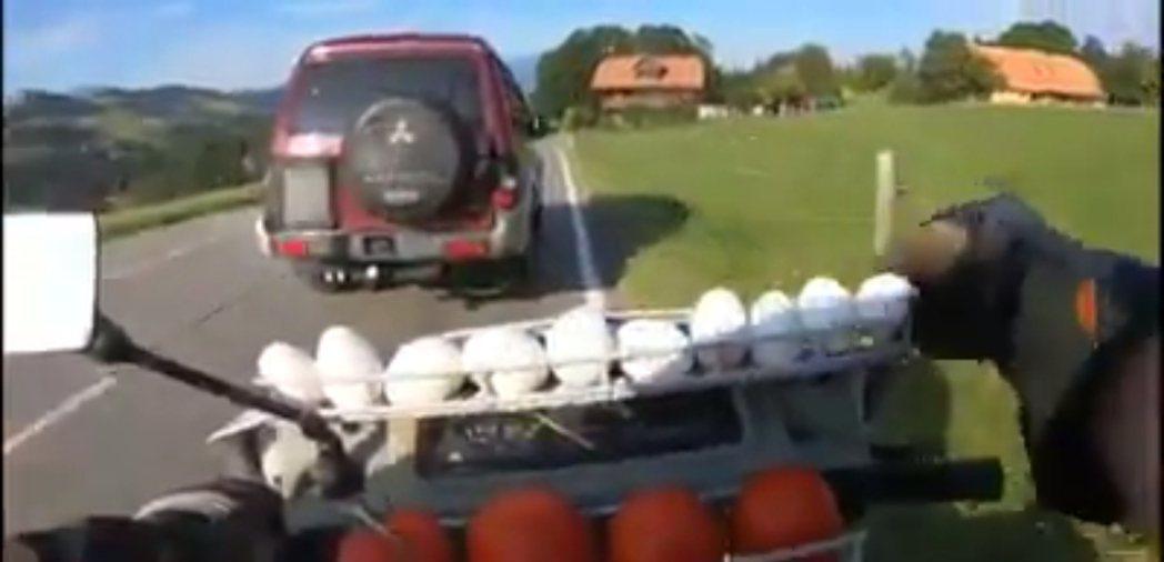 葡萄牙一位機車騎士想出一個聰明的方法,來教訓路上危險切換車道的汽車駕駛。他在自己...