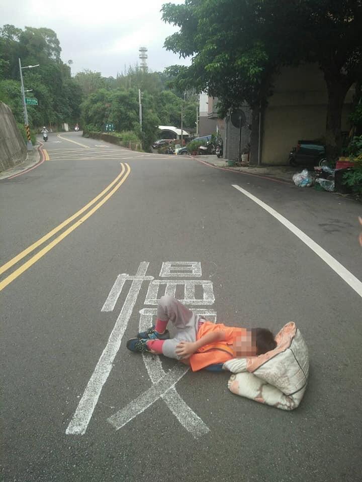 男童受傷倒地。記者王駿杰/翻攝自臉書社團新竹爆料公社