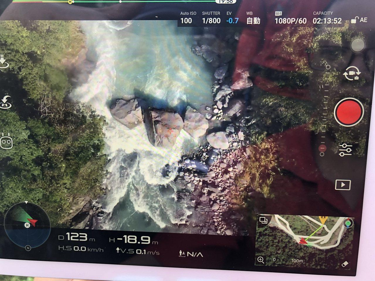 今天下午空拍機在14.5K處拍到疑似溺水簡童身影,但因該地水流湍急,消防目前派出...