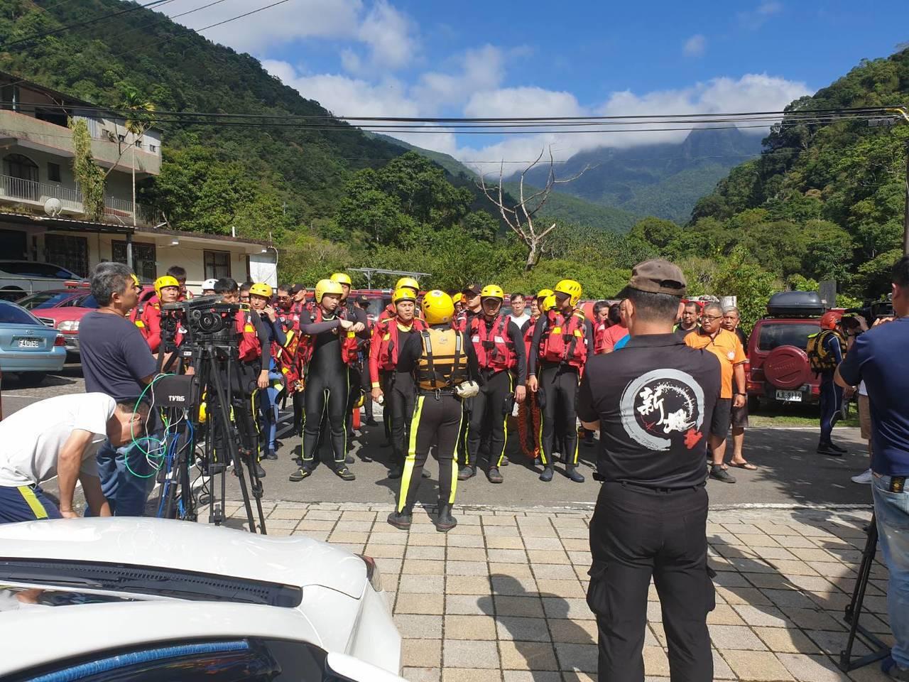 消防人員今天派出75人,以岸巡、空拍等方式進行搜救。記者柯毓庭/翻攝