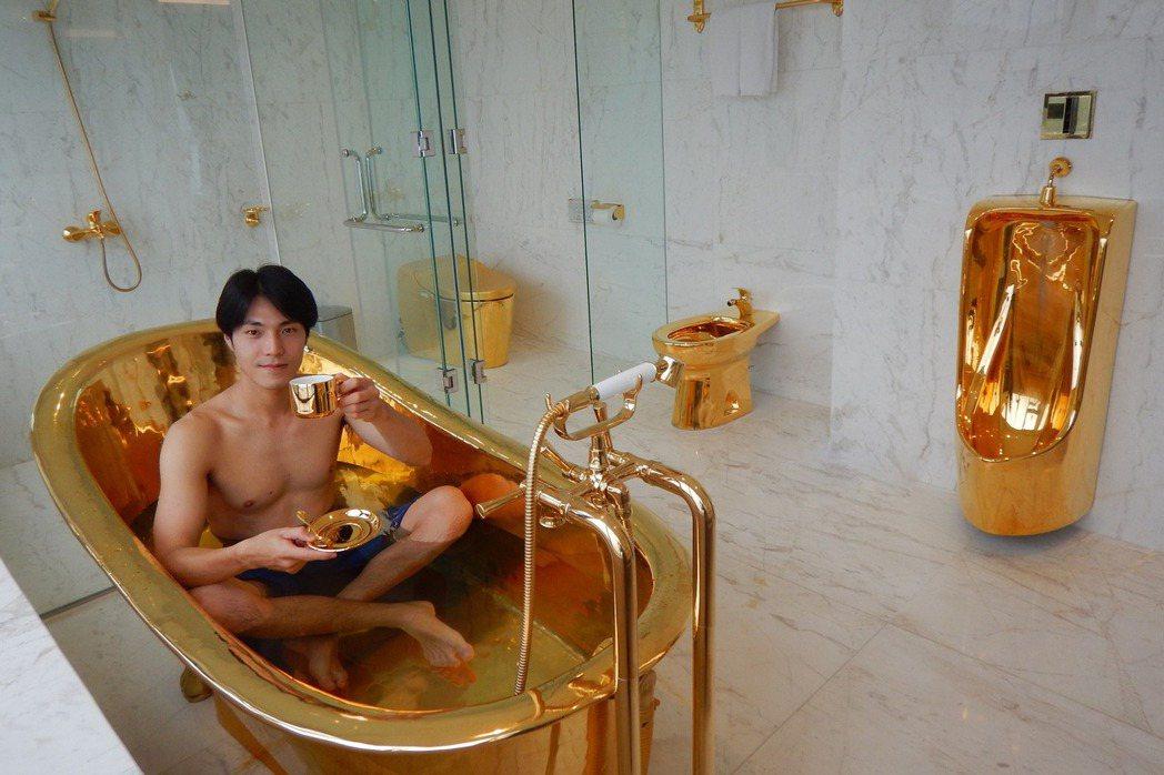 唐振剛裸身享受黃金浴缸。圖/八大提供