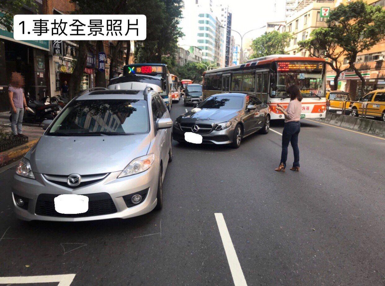 台北市警察局推出交通事故新作法,針對無死傷的車禍,警方獲報會傳簡訊提醒報案人。圖...