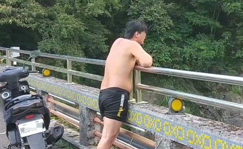 簡童失蹤後,簡父十分擔心,今天下午更倚靠在橋上欄杆,神情落寞的望著溪流,更大喊「兒子,你到底在哪裡?」。記者柯毓庭/翻攝