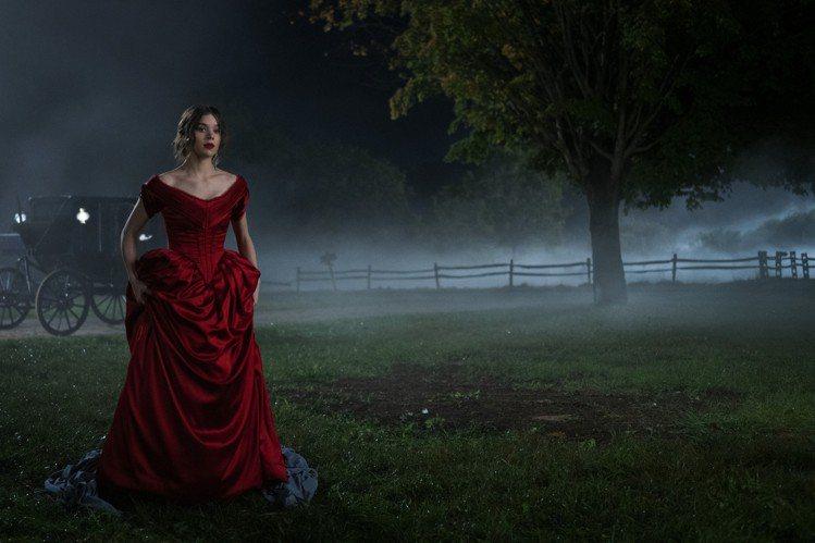 Apple TV+原創影集「Dickinson」,由能演能唱的海莉史坦菲德主演。...