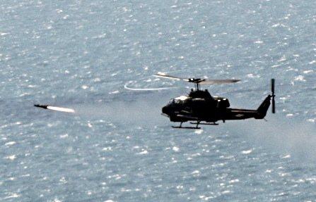 陸軍今天舉行「108年飛彈射擊」操演,陸軍航特部由AH-1W攻擊直升機針對海上靶...