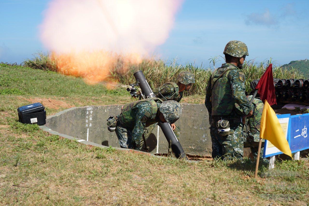 東引島上駐軍發射120公釐迫擊砲。圖/軍聞社