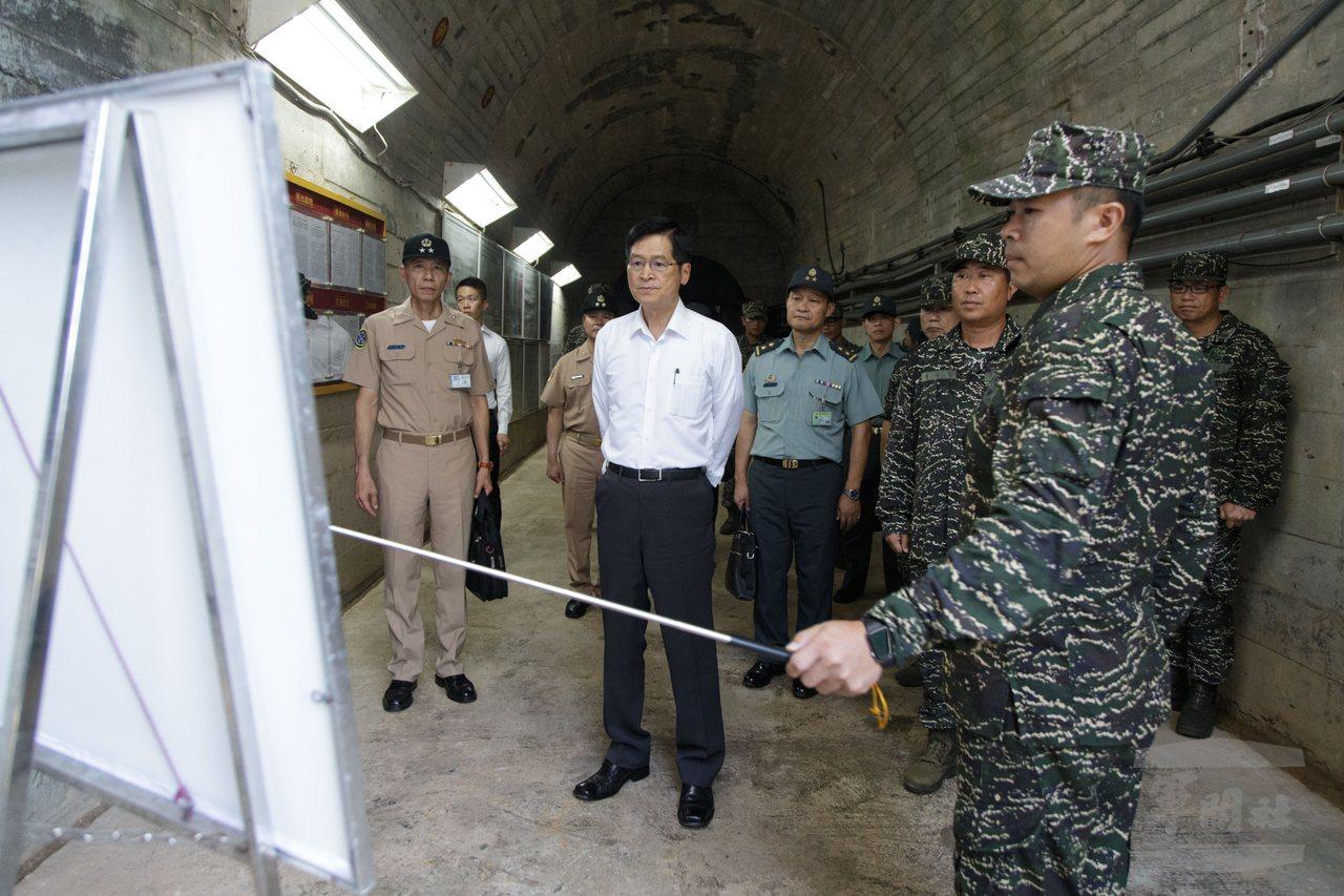 嚴德發在烏坵島上的地下坑道,聽取防務簡報。圖/軍聞社