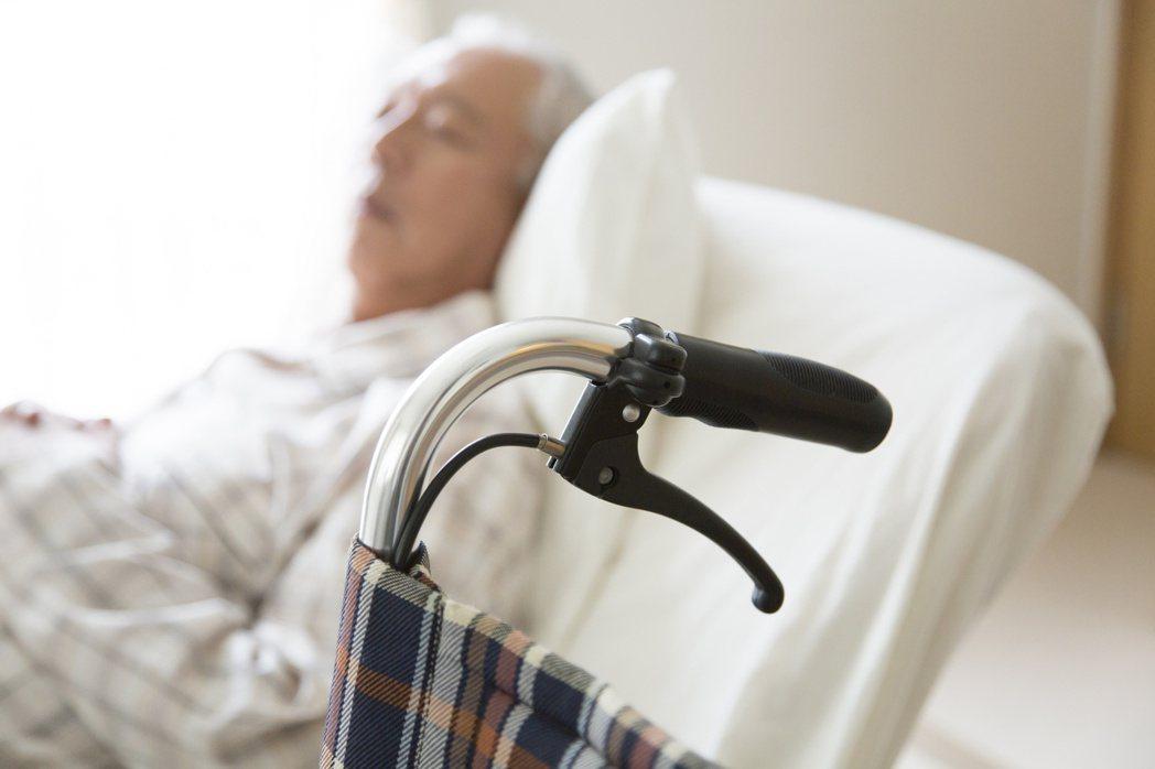 家內照顧,勞心勞力,照顧者可打1966尋求協助。 圖/123RF
