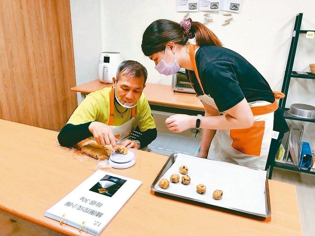Young咖啡館服務成員之一,58歲的善仁大哥(左)做餅乾從揉麵糰開始,熟練完成...