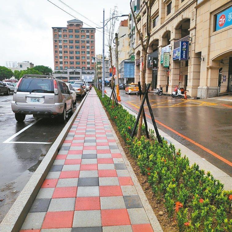 新竹縣府針對竹縣門面及重要出入口進行人行道、無障礙空間、植栽綠美化改善。 記者郭政芬/攝影