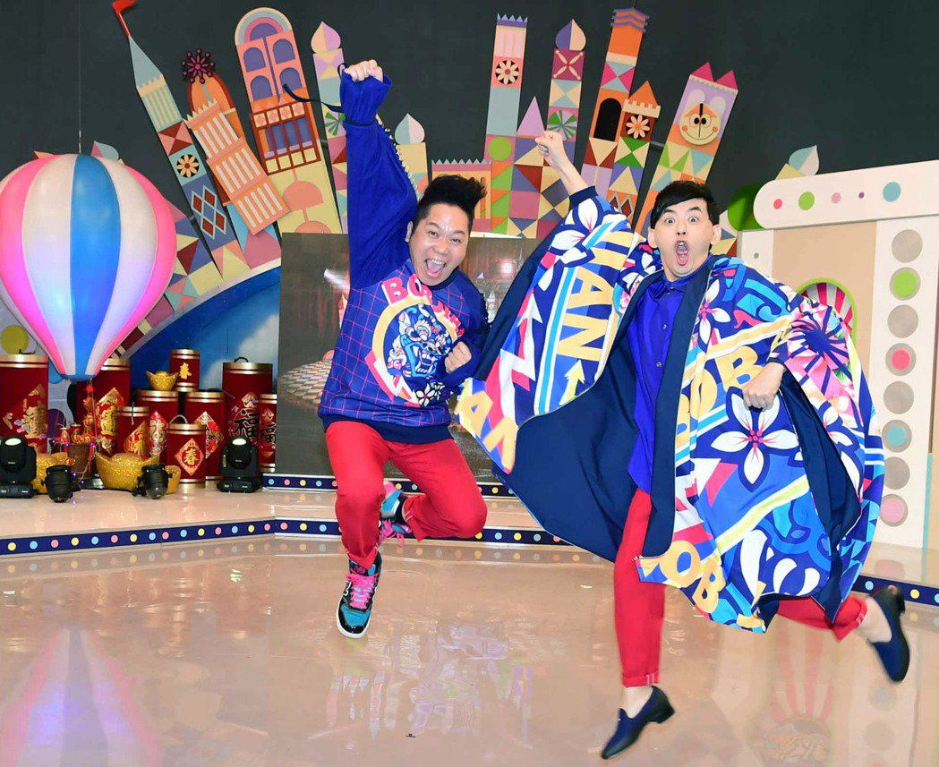 黃子佼(左)和卜學亮新節目「超級同學會」。圖/華視提供
