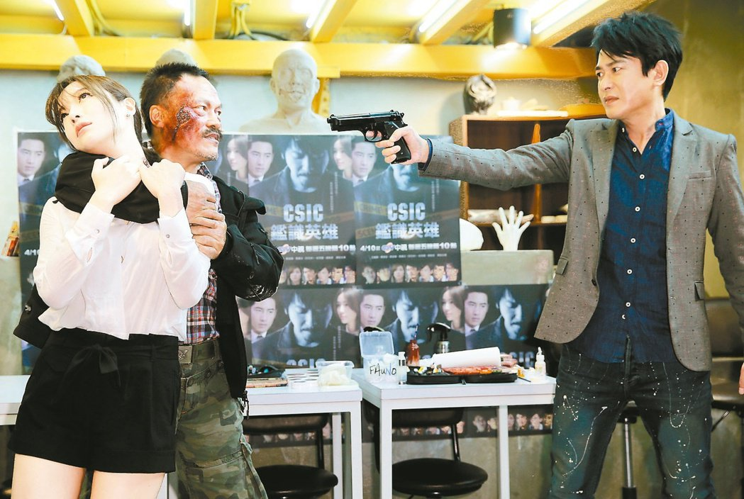 王識賢(右)、蔡淑臻演出「鑑識英雄」變裝秀。圖/報系資料照