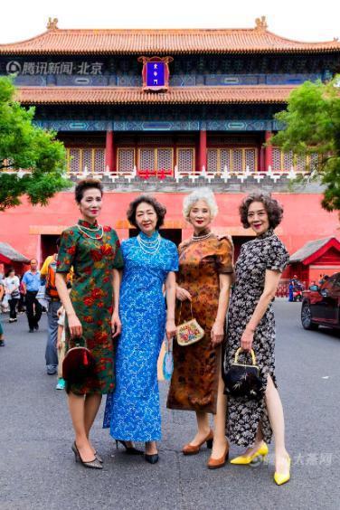 四位老人的平均年齡67歲,她們為組合取名為「時尚奶奶」,在抖音爆紅。 (新浪網)