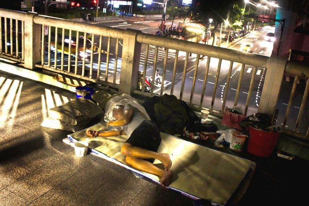 台北市承德路、市民大道上的天橋常有街友在睡覺休息。記者李隆揆/攝影