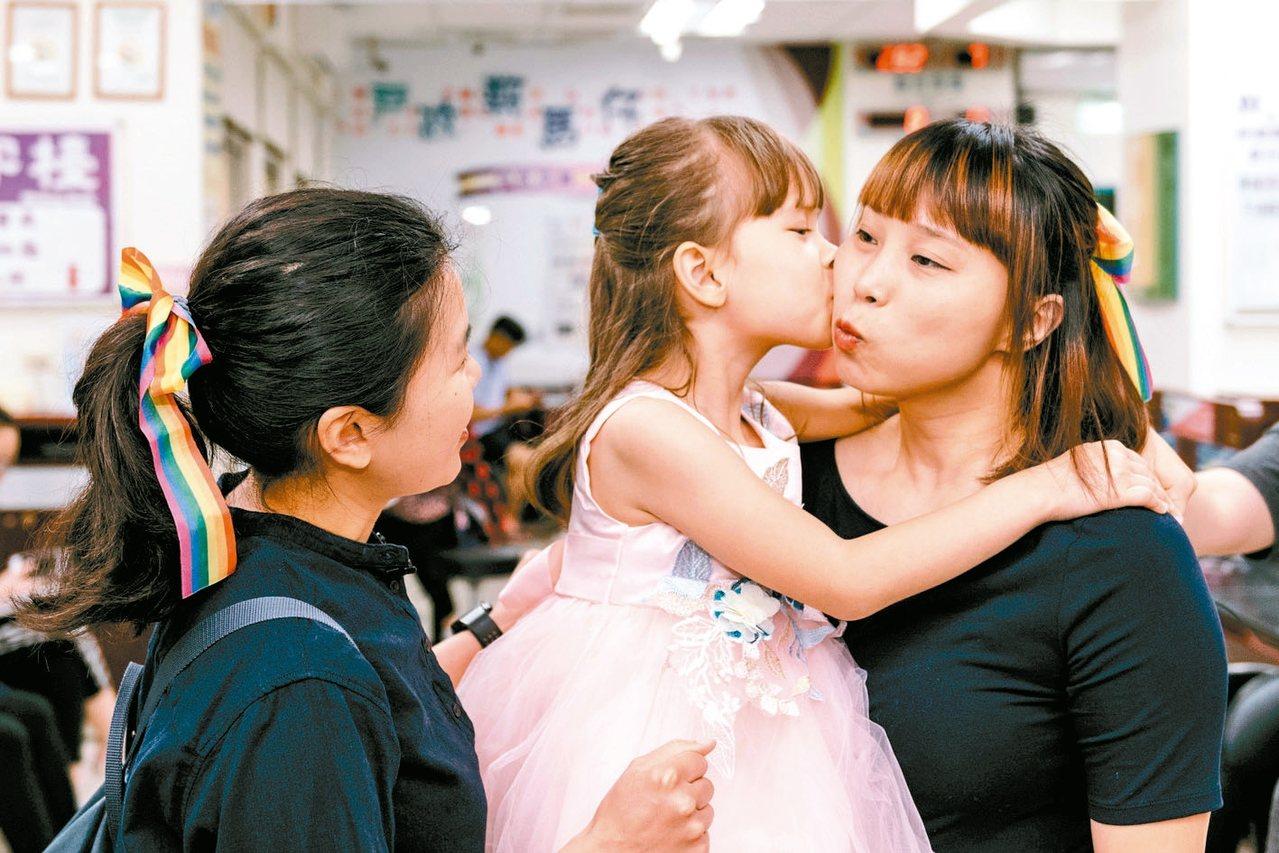 女同志Jovi(右)與伴侶和孩子,可望成為全台第一波孩子擁有合法雙親的同志家庭。...