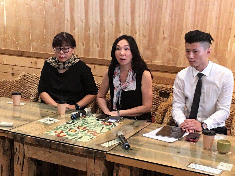 高雄市長韓國瑜妻子李佳芬(中)位於雲林縣古坑鄉田心村的農舍違建爭議未休,她今證實農舍農地已經售出並完成過戶。 記者陳雅玲/攝影