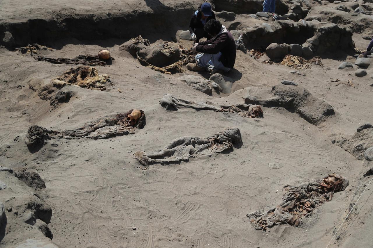 祕魯考古學家近來在一處「奇穆文明」(Chimu)的遺址挖掘出227具孩童遺骸,他...