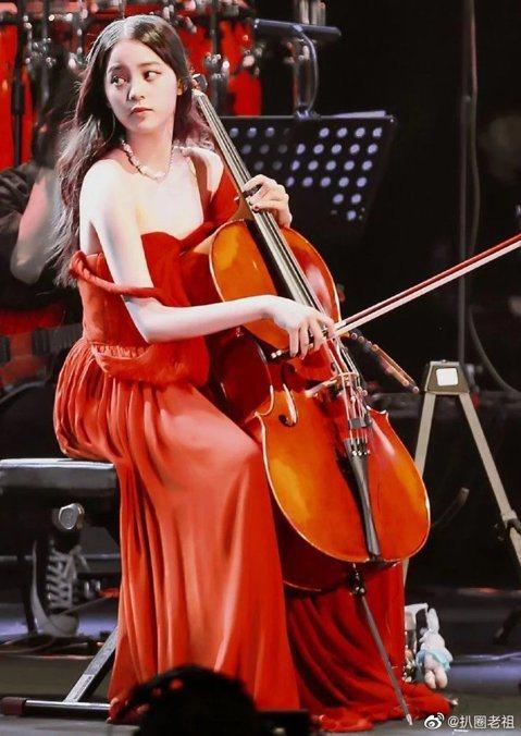 歐陽娜娜近來赴陸發展動作頻頻,先是大動作「回」江西祭祖,接著頻說自己是「中國人」,甚至還力挺港警,收服許多大陸網友的心。日前她在上海舉辦「十週年巡迴音樂會」,在台上大提琴時紅色禮服肩帶竟滑落,差點就...