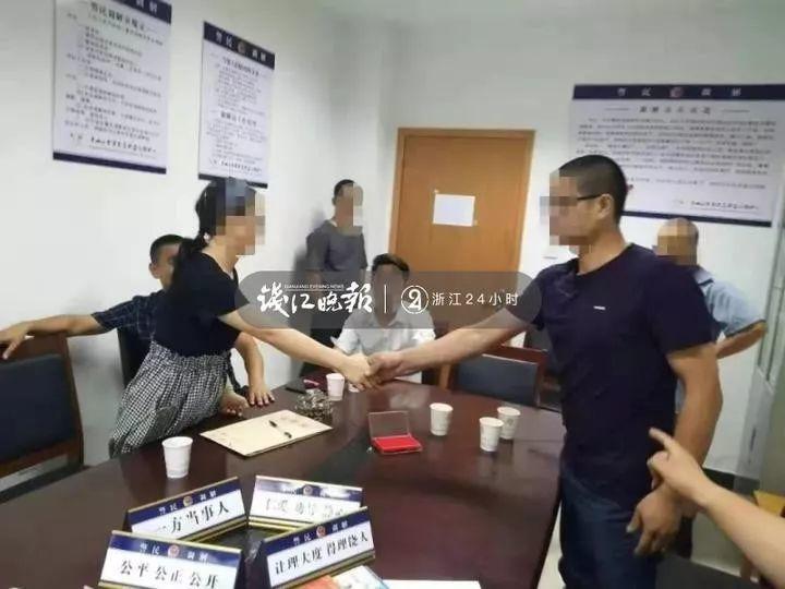 30歲的小王(左)已與爸爸的陳姓同事握手言和。圖取自錢江晚報