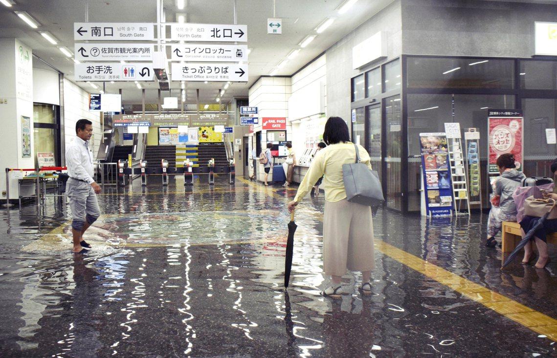 「破紀錄的豪雨,水都淹進車站裡了!」日本九州北部28日因日本海鋒面影響降下了極端...