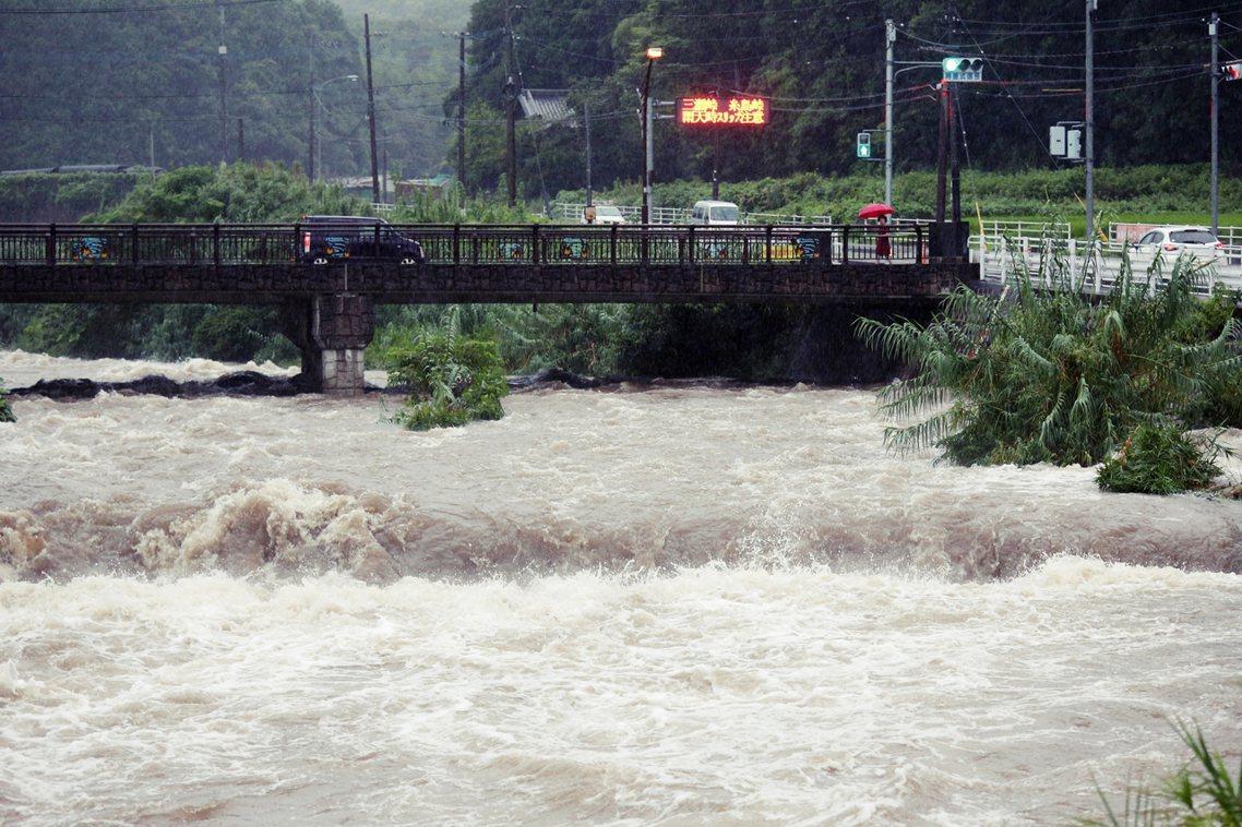目前豪雨鋒面,仍滯留於佐賀、福岡一帶,預計極端降雨將一路持續到29日清晨,之後才...