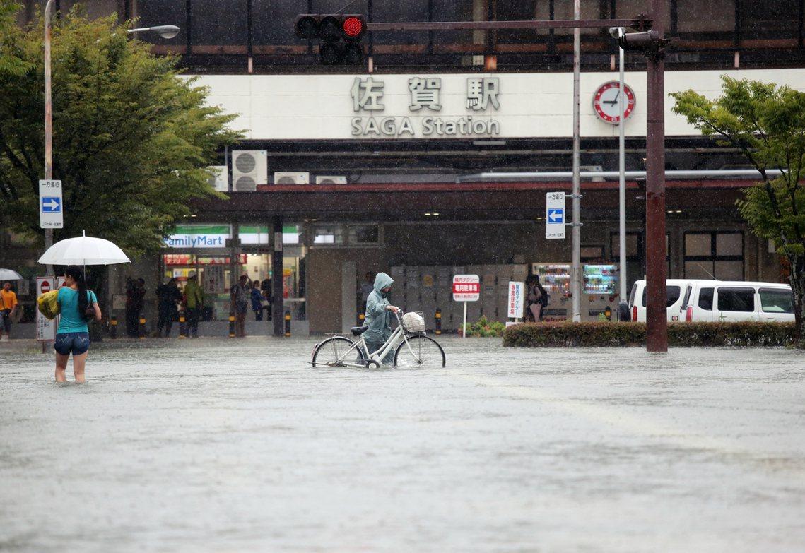 佐賀縣的佐賀市就在周三上午4點40分測得了每小時110毫米的破紀錄強降雨。 圖/...