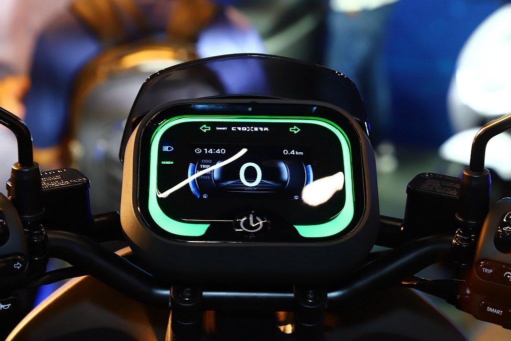 CROXERA智慧儀表在導航模式中可顯示當前速限及測速照相機情報,並於超速時進行...