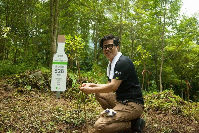 歐萊德董事長葛望平帶頭彎腰捲袖,為樹木補植修枝。 歐萊德/提供