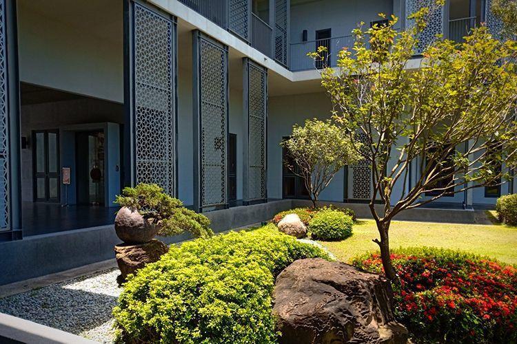 舊振南漢餅文化館為減少太陽西曬,規畫迴廊,一片片巨大的窗花隔板,在陽光的照射下,...