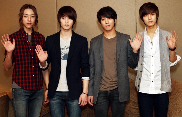 李宗泫(左二)退出CNBLUE,並對團員姜敏赫、鄭容和、及李正信抱歉。圖/報系資...