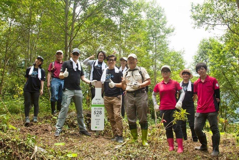 歐萊德再次走訪最初的種樹林地南投清水溝林營區。綠色幼苗已長成10公尺高的樹。 歐...