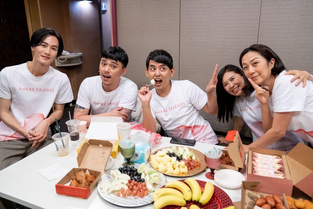 李英宏(左起)、HUSH、黃子佼、馬毓芬和黃韻玲。圖/愛之日常音樂節提供